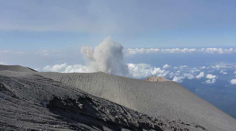 Surveiller les volcans et estimer la force des séismes.